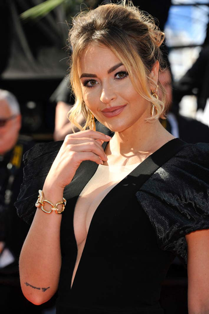 "Giulia Gaudino for the Red Carpet of the film ""Il Traitore"" wore the precious Lace of Maison Damiani: earrings and bracelet in yellow gold with diamonds, a ring Spicchi di Luna with diamonds"