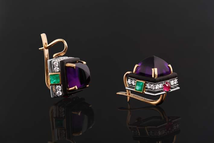 Orecchini in oro con ametista cabochon, diamanti, smeraldi, rubini