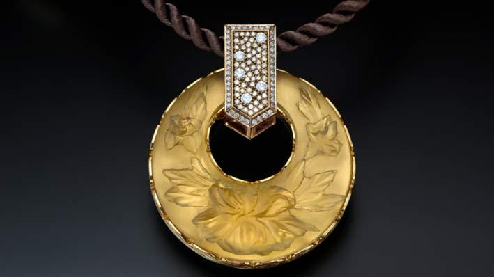 Medaglione in oro con pavé di diamanti