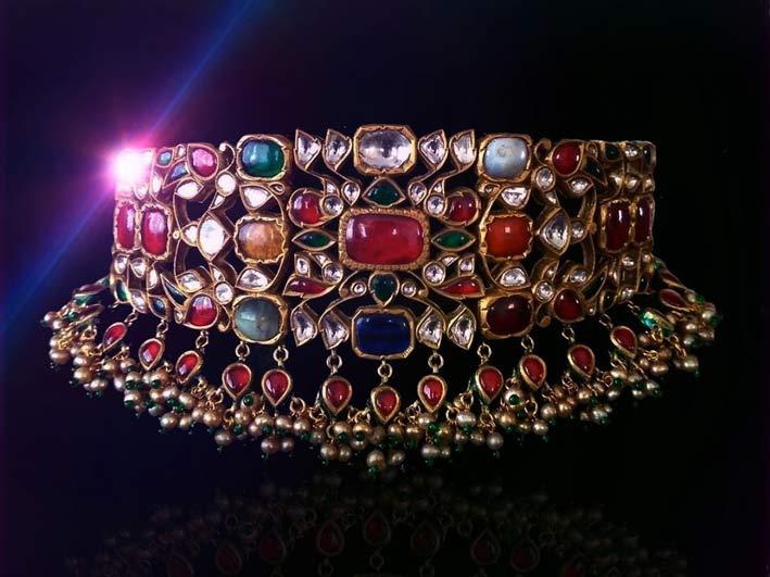 Coker con pietre Navaratna: rubino, diamante, zaffiro blu, zaffiro giallo, smeraldo, corallo rosso, perla, occhio di gatto e hessonite