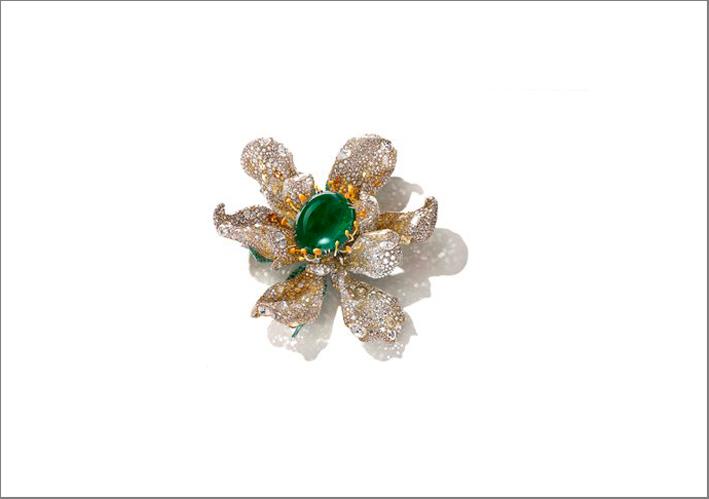 Black Label Masterpiece II. Spilla Marguerite, con smeraldo cabochon, diamanti fancy, tsavoriti, lacca su titanio