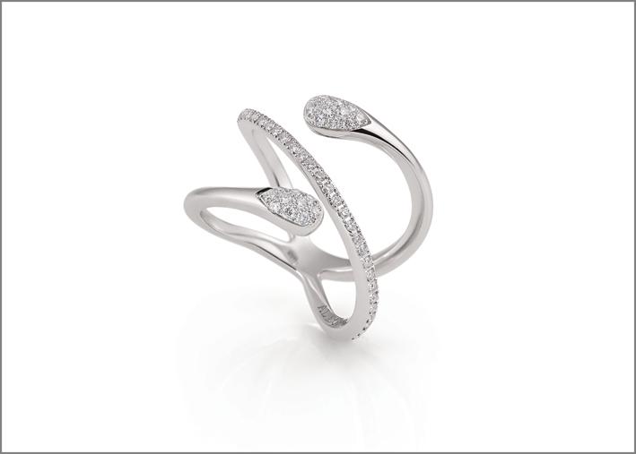 Anello in oro bianco e diamanti. Prezzo: 2.660 euro