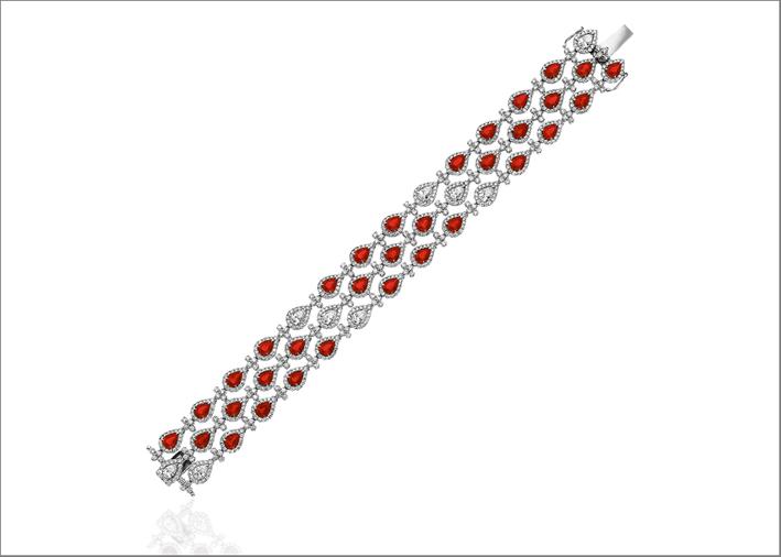 Bracciale in oro bianco 18 carati con 33 rubini a forma di pera (11,24 carati) e nove diamanti a forma di pera (6,73 carati)