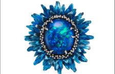 Chopard, Fiori d'Opali, anello con opale nero di 20 carati con pistilli di diamanti montati su oro bianco rodiato nero e petali cesellati in titanio colorato di striature blu e gambo con tasavoriti verdi, lazuliti e diamanti brown