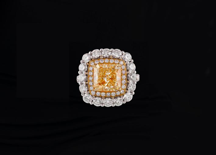Anello con diamanti gialli e bianchi incastonati in oro a doppio tono