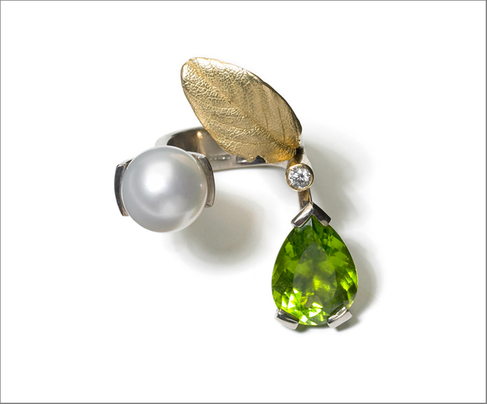 Lady Luck ring, in oro bianco e giallo, peridoto, diamanti, perla del Mari del Sud