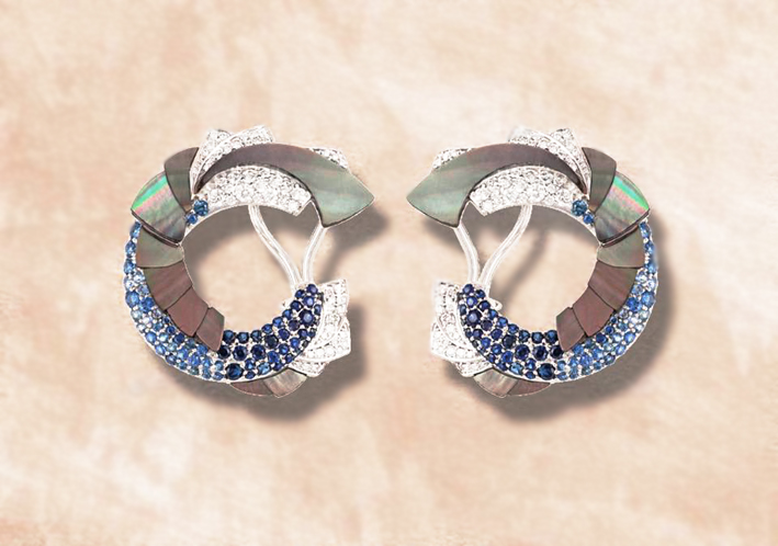 Orecchini Mogra Ombrée in oro bianco, zaffiri blu, diamanti bianchi, madreperla