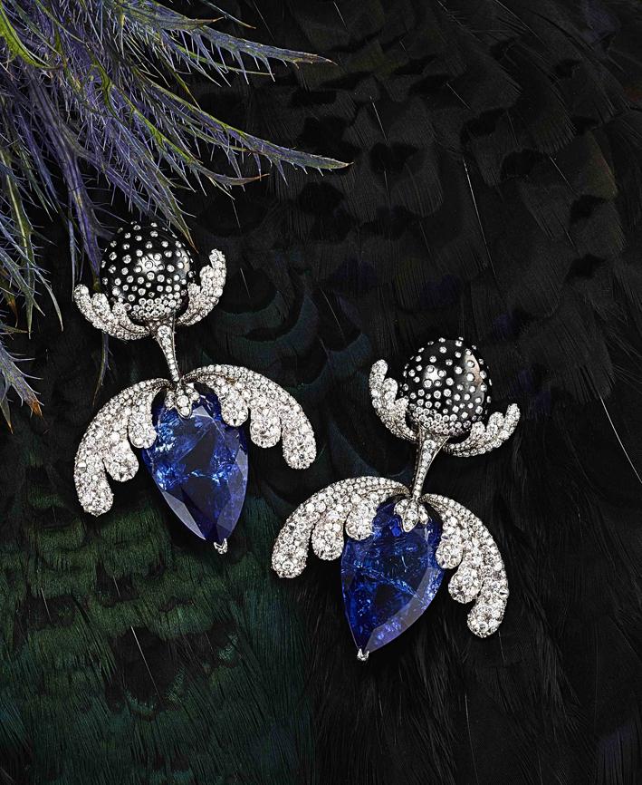 Orecchini Orchidea con tanzanite di 73,13 carati e diamanti bianchi per 14,66 carati. Le foglie si aprono e si chiudono  sulle pietre