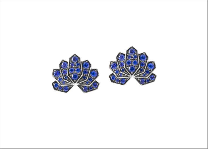 Orecchini Loto in oro bianco e zaffiri blu