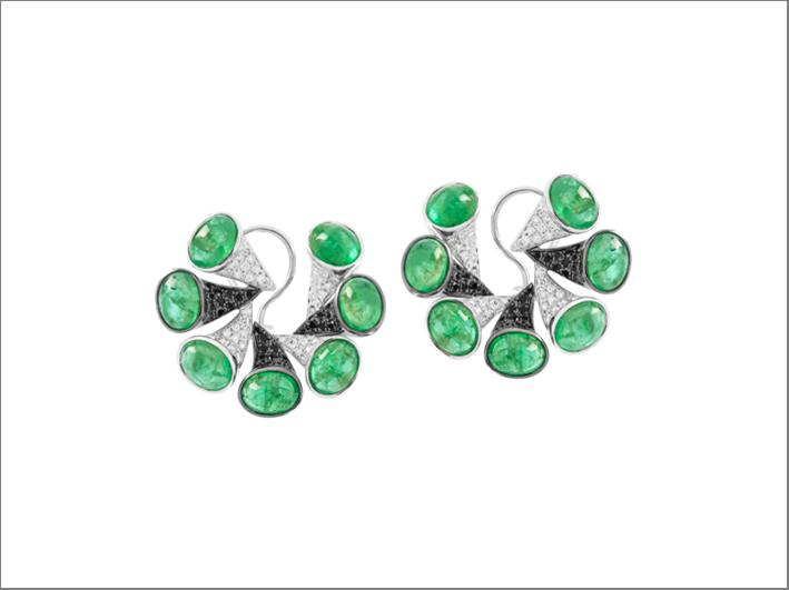 Orecchini Nazar in oro bianco, diamanti bianchi e neri, smeraldi cabochon