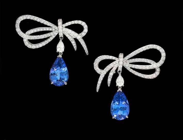 Orecchini della collezione Fiocco con diamanti bianchi e zaffiri blu