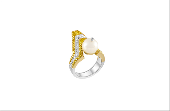 Anello in oro bianco, diamanti, zaffiri gialli