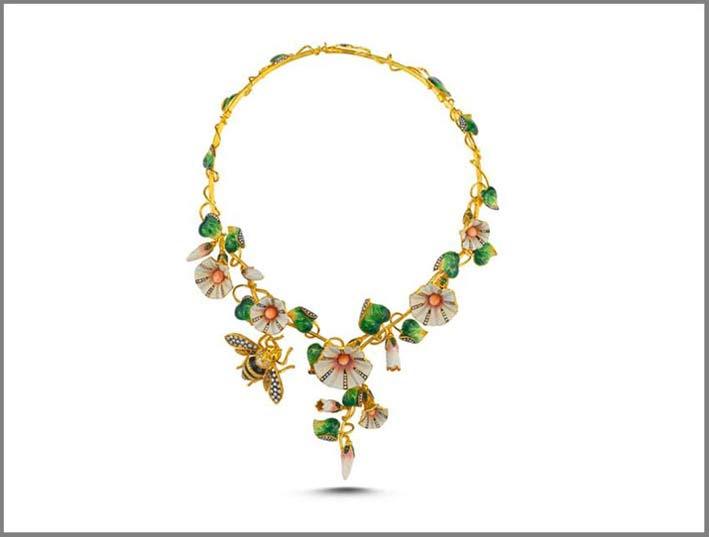 Collana in  oro giallo 18 carati, diamanti, diamanti gialli, granati verdi, rubini, smalto vitreo, coralli
