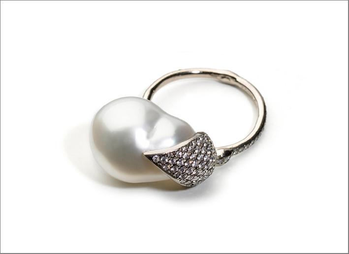 Anello in oro bianco, perla barocca, diamanti