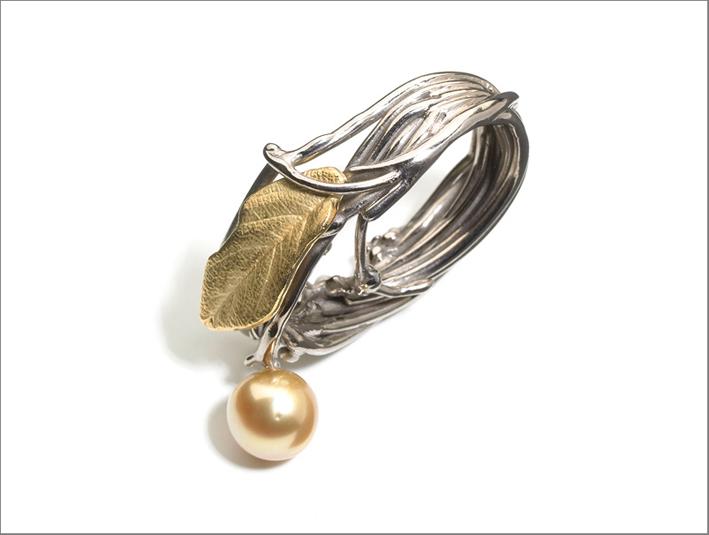 Anello in oro bianco e giallo, diamanti, perla dorata dei Mari del Sud