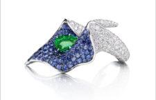 Anello in oro bianco con zaffirl, diamanti, smeraldo
