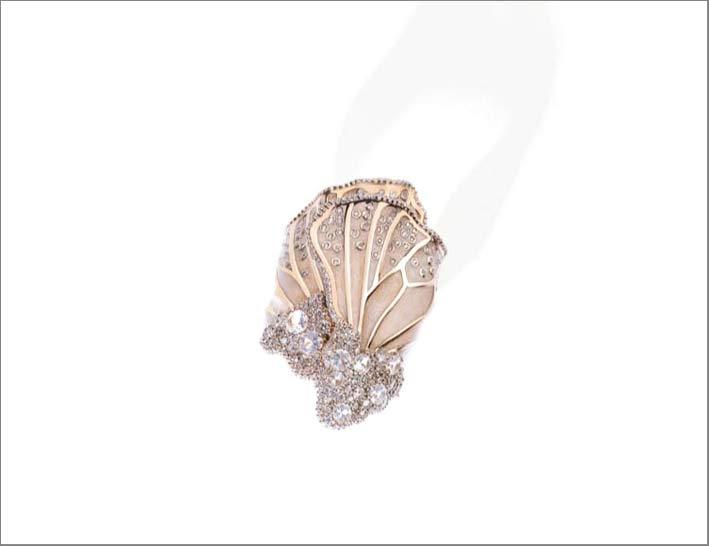 Anello Vienne in oro giallo 18 carati , diamanti, pietra luna e smalto iridescente