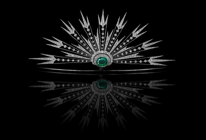Aigrette soleil rayonnant, in platino, smeraldo, diamanti. eno formale della tiara, l'aigrette offre comunque un'aria di festa e allunga la silhouette. Grassetto senza ostentazione, un'alternativa alle stelle e alle crescenti popolari della fine del XIX secolo, il Soleil fu introdotto da Chaumet intorno al 1900