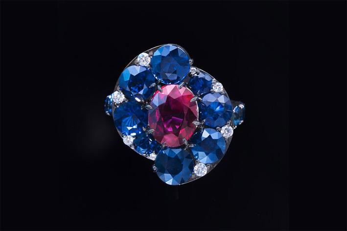 Ninotchka, anello con zaffiri e rubino