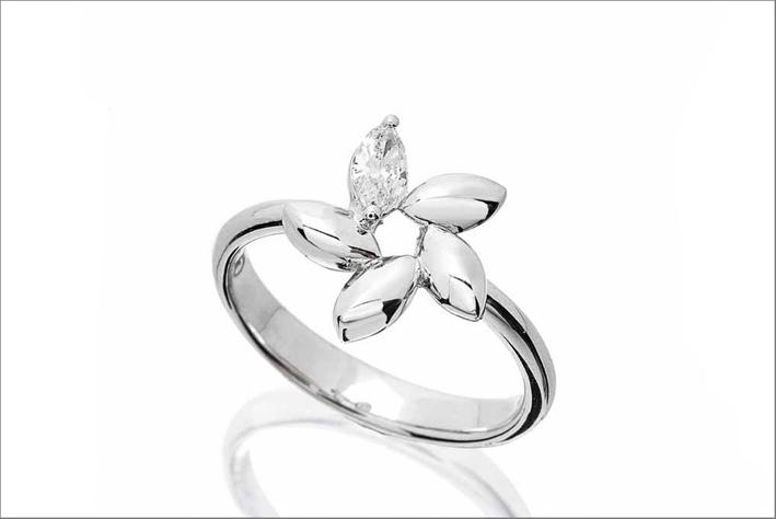 Anello in oro bianco e diamante taglio marquise