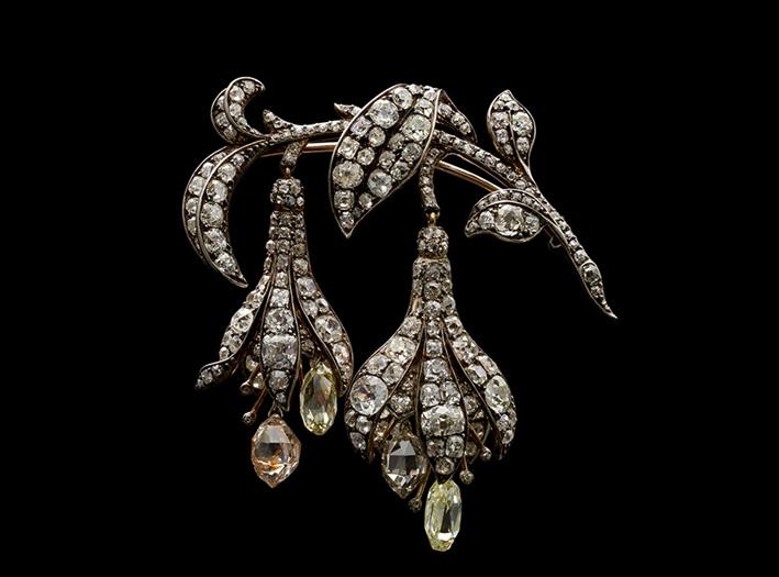Spilla Fuchsia di Chaumet in diamanti fucsia realizzata nel 1840 sotto la direzione di Jean-Baptiste Fossin. Argento su oro con diamanti en tremblant