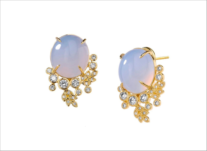 Orecchini in oro e calcedonio, con piccoli diamanti