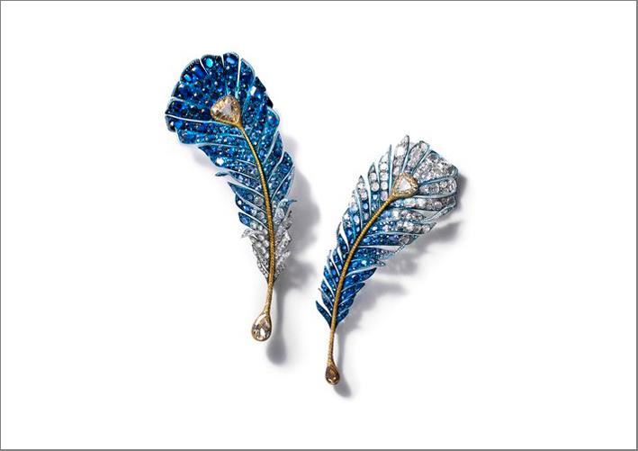 Cindy Chao, spilla Black Label Royal Feather, con zaffiri, diamanti bianchi e fancy, titanium