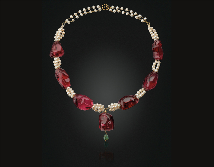Collana antica di spinello imperiale, perle e smeraldi