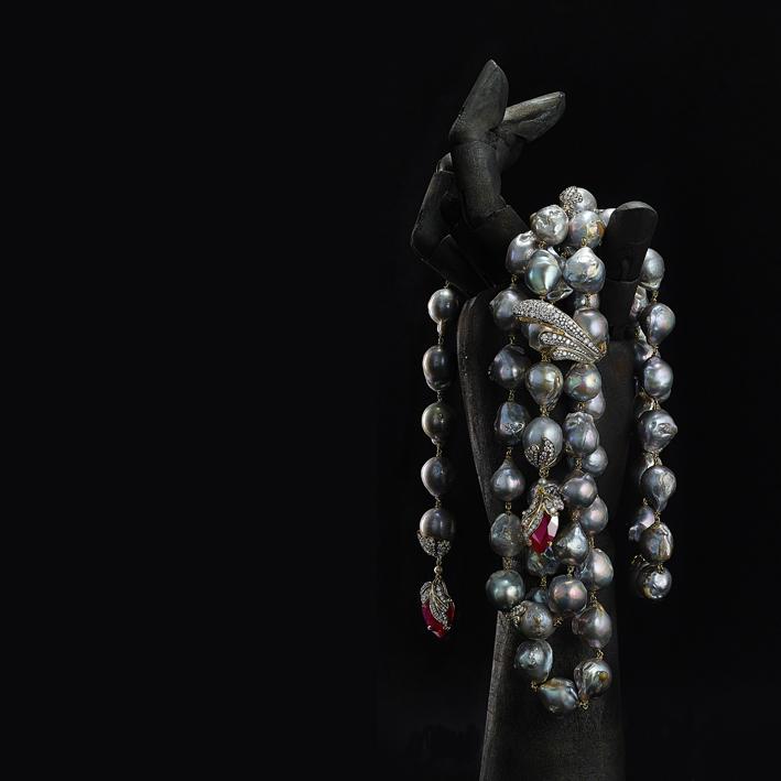 Collana Daphane della collezione Daedalus.  Perle barocche grigie con diamanti e pendenti in rubino