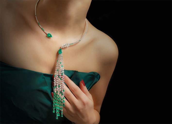 La collana della collezione Essenza indossata