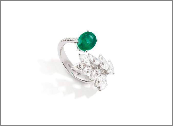 Anello della collezione Essenza, in oro bianco, diamanti, smeraldo