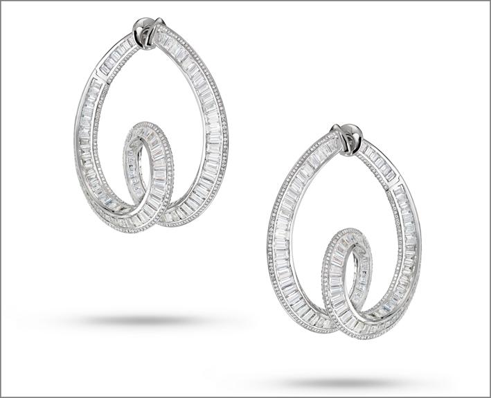 Entwine me. Orecchini intrecciati con diamanti in tre dimensioni. Montati su oro bianco, i 431 diamanti baguette decorano i gioielli e sono tagliati su misura per assecondare le curve del design e l'oro cesellato