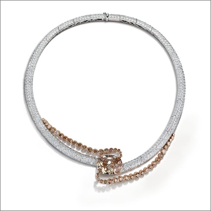 Brown Diamond Rule. Collier con grande diamante brown ovale di 25, 09 carati, 182 diamanti brown, incastonati con la tecnica del serti clos, e 1167 diamanti bianchi taglio brillante su oro bianco e oro rosa