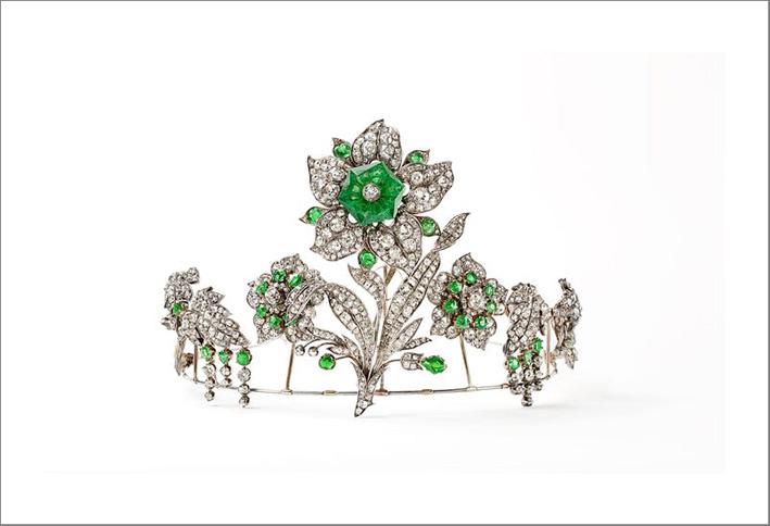 Diadema trasformabile con motivo a giglio appartenuto alla famiglia Leuchtenberg, discendenti dell'imperatrice Giuseppina, 1830. Il grande solitario di smeraldo esagonale può essere indossato come una spilla