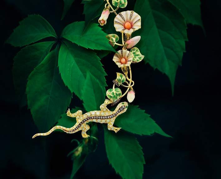 Pendente con lucertola. Opali, smalto, coralli, tsavorite, smeraldi, diamanti