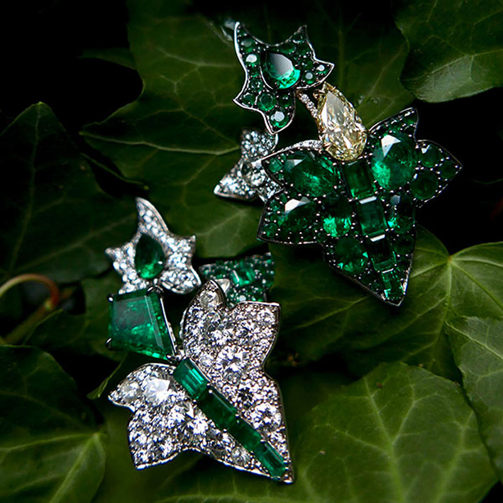 Orecchini a forma di edera con smeraldi colombiani, diamante fancy yellow e diamanti