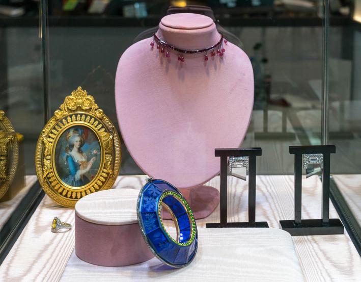Suite per Maria Antonietta: la collana con rubini simboleggia le gocce di sangue per la decapitazione. A destra, gli orecchini a forma di ghigliottina