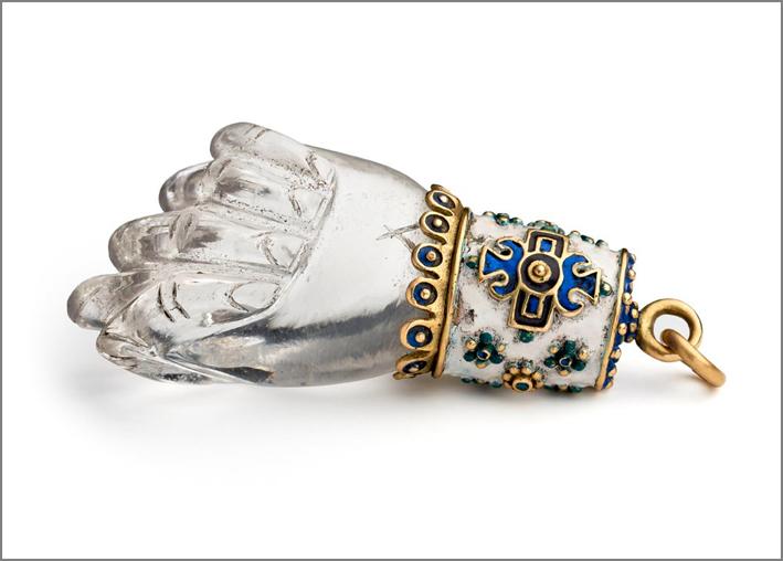 Wartski, talismano a forma di mano in cristallo di rocca intagliato e smalto