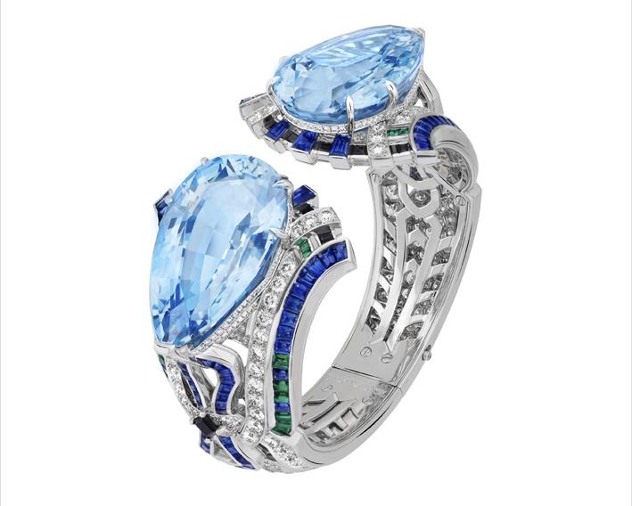 Bracciale Fiore. Oro bianco, due acquemarine taglio a goccia di 50,87 carati e 50,50 carati, zaffiri, smeraldi, spinelli neri, diamanti