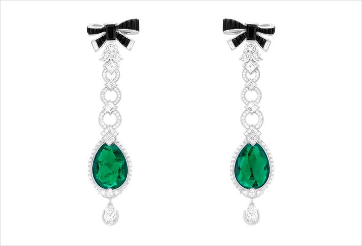 Orecchini Bud of Love con pendenti amovibili, oro bianco, 2 smeraldi taglio briolette di 8,17 carati e 7,71 carati (Colombia), spinelli neri, diamanti. I fiocchi di spinelli neri possono essere indossati da soli o accompagnati dai loro pendenti