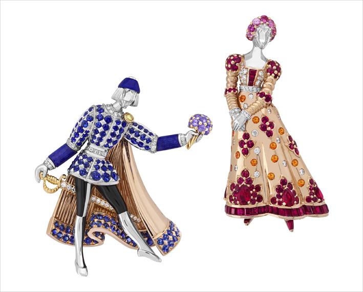 Due clip in oro bianco, oro rosa, oro giallo, lacca nera, rubini, zaffiri di colore, granati spessartite, lapislazzuli, diamanti bianchi e gialli