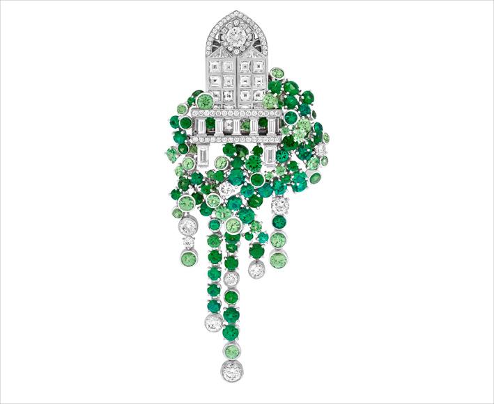 Clip in oro bianco, oro rosa, smeraldi, granati tsavorite, diamanti ispirata alla scena del balcone di Romeo e Giuletta