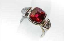 Anello Coeur de Dragon, con oro grigio o rosso, spinelli non trattati, diamanti