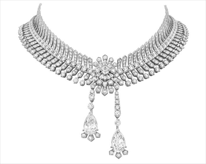 Collier Reticella, oro bianco, due diamanti DFL tipo 2A taglio a goccia di 6,60 carati e 6,31 carati, diamanti: richiama i colletti e le gorgiere di pizzo del Rinascimento. Due diamanti di 6,60 e 6,31 carati fanno da pendente. Queste gemme di grande rarità – D per il colore e FL per la purezza, tipo 2A – possono essere rimosse dalla collana e andare a ornare un paio di orecchini la cui forma riprende quella del motivo centrale