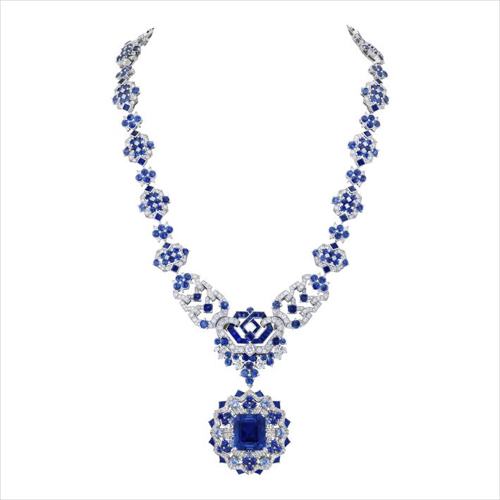 Collana trasformabile in oro bianco, uno zaffiro taglio smeraldo di 23,86 carati (Birmania), zaffiri, diamanti. Incastonato al centro del pendente, uno zaffiro di 23,86 carati di un blu luminoso dialoga con gli altri zaffiri della collana che si dispiegano in tre tonalità di blu. Il collier permette di essere indossato in modi differenti: come collana lunga, collana corta abbinata a un bracciale oppure due bracciali e una clip