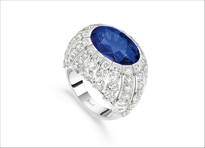 Diamond Veil Ring, 18K white gold ring set with 1 oval-cut blue sapphire from Madagascar (approx. 13.15 cts) and 72 brilliant-cut diamonds (approx. 6.15 cts)