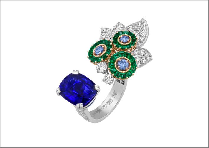 Flora, anello entre les doigts. oro bianco, oro rosa, uno zaffiro taglio cuscino di 8,17 carati (Madagascar), smeraldi, zaffiri, diamanti