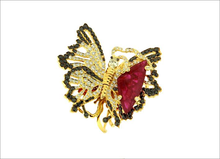 Anello a forma di farfalla della collezione Jekill e Hyde, con oro, diamanti, rubini del Mozambico, smalto