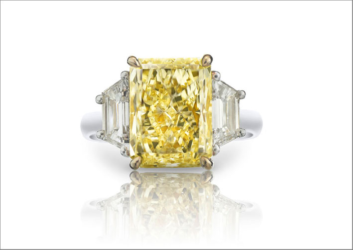 Anello con diamanti fancy light yellow di 4,04 carati