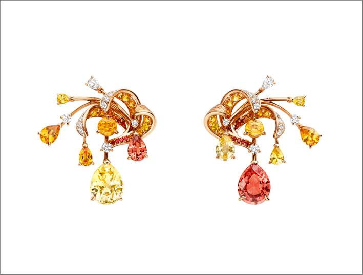 Orecchini in oro bianco e rosa, con 2 zaffiri gialli a goccia che pesano 6,05 e 1,04 carati di Ceylon, uno spinello rosa-arancio a forma di pera del peso di 4,3 carati della Burma, uno spinello rosa a forma di pera del peso di 1,11 carati, un pera- Granato mandarino a forma di mandarino del peso di 0,50 carati, un diamante EF VVS a forma di pera con un peso di 0,31 carati, zaffiri gialli a forma di pera e granati mandarino, spinelli rossi rotondi e diamanti a taglio brillante